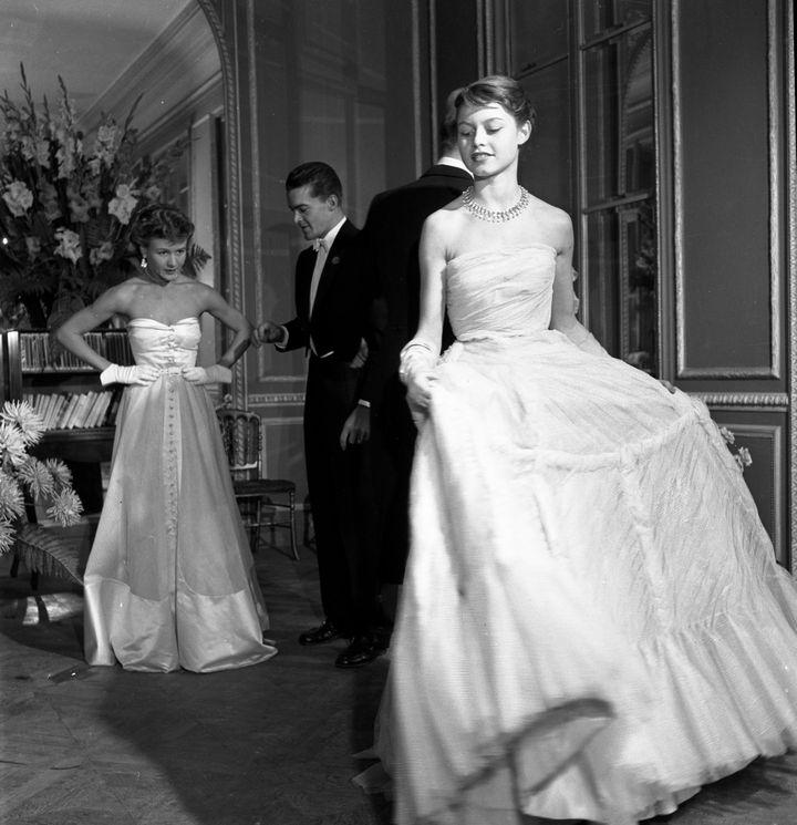 Brigitte Bardot mannequin pour Vogue, en robe de Jacques Fath. 1950  (Atelier Robert Doisneau)