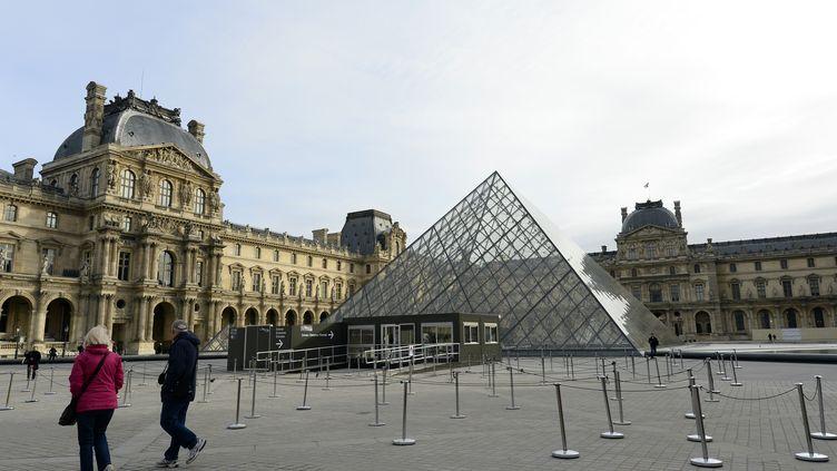 La pyramide du musée du Louvre, à Paris, le 14 novembre 2015. (BERTRAND GUAY / AFP)