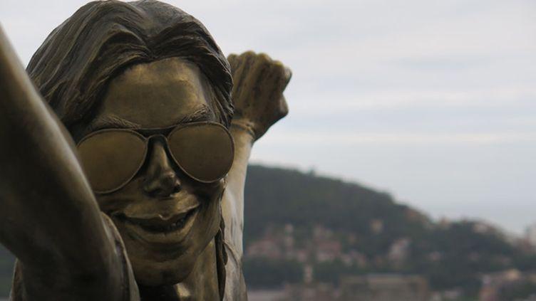 (Une statue en bronze représentant Michael Jackson poing levé vers le ciel se dresse au milieu de la favela Santa Marta à Rio  © Radio France / Nicolas Mathias)