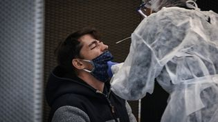 Un test PCR pratiqué au palais des sports de Lyon (Rhône), le 12 octobre 2020. (JEAN-PHILIPPE KSIAZEK / AFP)