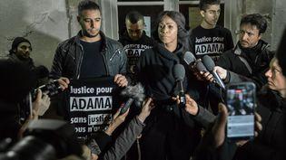 Assa Traoré (au centre) la sœur d'Adama, mort le 19 juillet, accompagné de Youssouf et de Bagui, le 22 novembre 2016 devant la mairie de Beaumont-sur-Oise (Val-d'Oise). (JULIEN MATTIA / NURPHOTO / AFP)