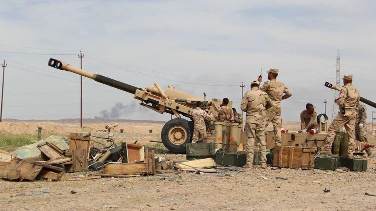 Des milices chiites et des forces irakiennes lors de combats contre des jihadistes du groupe Etat islamique, le 8 avril 2015 près de Tikrit, dans la province deSalaheddine (Irak). (HAYDAR HADI / ANADOLU AGENCY / AFP)