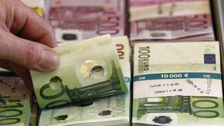 Des billets d'euros sont présentés aux médias, le 21 mars 2014, lors d'une conférence de presse en Allemagne. (TOBIAS SCHWARZ / REUTERS)