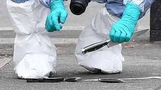 Un enquêteur examine des couteaux après l'arrestation d'un homme près du Parlement de Westminster à Londres, le 27 avril 2017. (JUSTIN TALLIS / AFP)