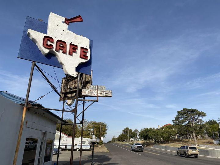 """Le """"Sage Matt cafe"""", à Miami, seul restaurant du comté de Roberts (Texas), le 21 octobre 2020. (RAPHAEL GODET / FRANCEINFO)"""
