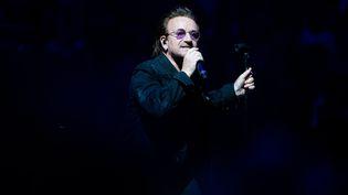 Le chanteur du groupe irlandais U2, Bono, lors d'un concert à Berlin (Allemagne), le 1er septembre 2018. (PAUL ZINKEN / DPA / AFP)