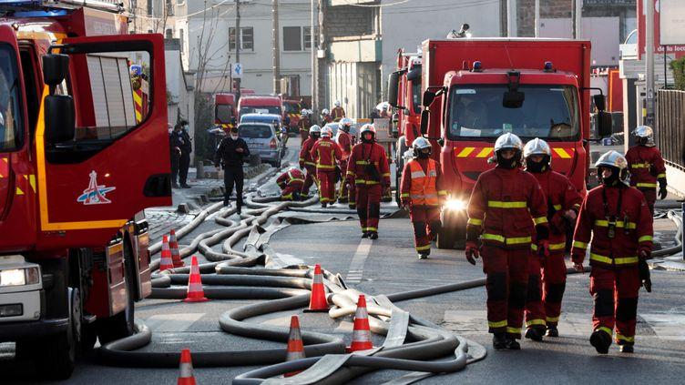 Les pompiers interviennent sur un incendie à Aubervilliers (Seine-Saint-Denis), le 16 avril 2021. (GEOFFROY VAN DER HASSELT / AFP)