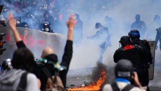 Des manifestants affrontent les forces de l'ordre, le 14 juin 2016 à Paris, lors du rassemblement contre la loi Travail. (MUSTAFA YALCIN / ANADOLU AGENCY)