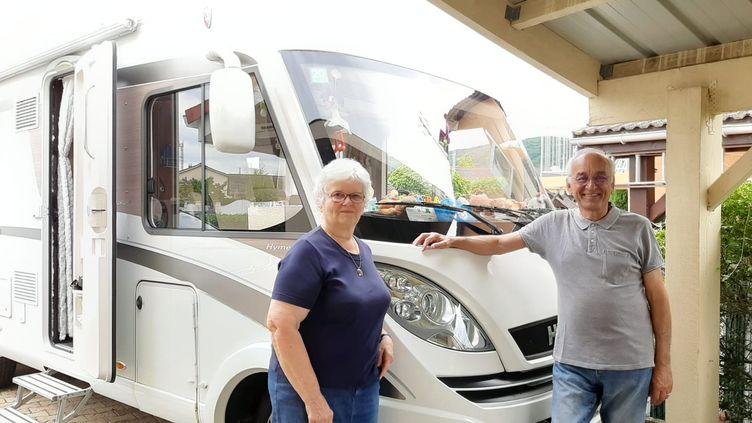 Frédéric et son épouse devant leur camping-car, prêts à partir. (ALAIN GASTAL / RADIO FRANCE)