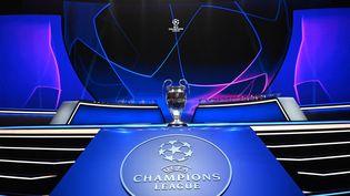 """""""La coupe aux grandes oreilles"""", le trpohée de la Ligue des champions, présenté le 26 août 2021 à Istanbul, lors du tirage au sort de la compétition. (OZAN KOSE / AFP)"""