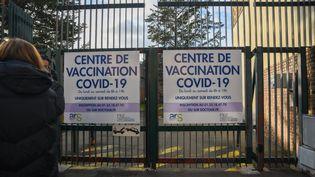 Un centre de vaccination à Boulogne-Billancourt (Hauts-de-Seine), le 18 janvier 2021. (JEROME LEBLOIS / HANS LUCAS / AFP)