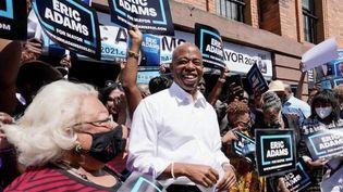ÀNew York (Etats-Unis), mardi 22 juin, les habitants votent pour choisir le prochain candidat démocrate à la mairie. Le favori est Eric Adams, un ancien policier noir, victime de violences policières. (CAPTURE ECRAN FRANCE 2)
