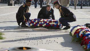 Le Président Hollande dépose une gerbe sur la tombe du soldat inconnu à Paris le 11 novembre 2014. (FRANCOIS MORI / POOL)