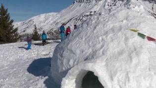 Deux montagnards ont construit un igloo pour réveillonner en famille en Savoie, à un peu plus de 1 600 mètres d'altitude. (France 3)