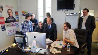 François Hollande et son équipe web durant la campagne présidentielle, le 27 février 2012 à Paris. (MAXPPP)
