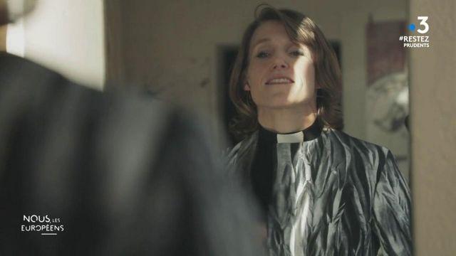 """VIDEO. Suède. Dans l'atelier d'une créatrice de mode qui habille des femmes pasteurs n'hésitant pas à être """"glamour"""""""