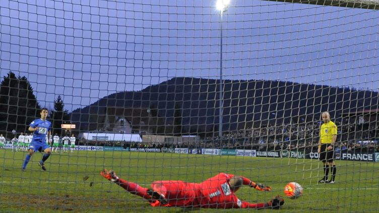 Le gardien de Saint-Etienne, Stéphane Ruffier, arrête un pénalty, le 3 janvier 2016, contre Raon-L'Etape, en 32es de finale de la Coupe de France. (JEAN-CHRISTOPHE VERHAEGEN / AFP)