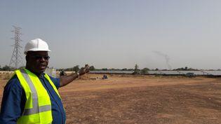 Ce responsable de la Sonabel, l'entreprise nationale d'électrification, est très fier de cette centrale solaire (CÉLIA QUILLERET / RADIO FRANCE)