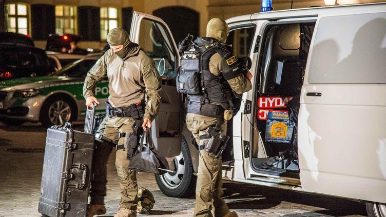 Des membres d'élite de la police nationale interviennent à Ansbach (Bavière), après un attentat-suicide, le 25 juillet 2016. (SDMG / FRIEBE / DPA / AFP)