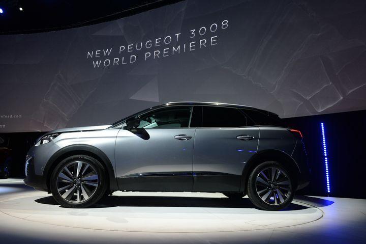 La Convention citoyennepropose de réguler le marché des véhicules neufs pour interdire les plus polluants (ici, un SUV présenté au Bourget, en 2016). (ERIC PIERMONT / AFP)