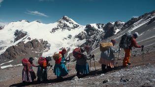 """""""Cholitas"""", un film de Jaime Murciego et Pablo Ibaru -Cinq femmes de culture traditionnelle bolivienne,des cholitas, se lancent un défi de taille: réaliser l'ascension de l'Aconcagua (6962m) (Jaime Murciego / Pablo Ibaru)"""