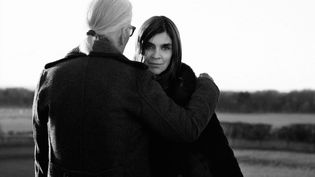 Le couturier Karl Lagerfeld (de dos) et Carine Roitfeld (de face) posent ensemble lors d'une séance de shooting (KARL LAGERFELD)