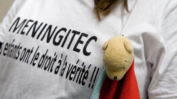 Plaignante lors d'une action contre le vaccin Méningitec en novembre 2015. (THIERRY ZOCCOLAN / AFP)