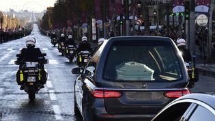 Le cortège funéraire de Johnny Hallyday sur les Champs-Élysées (9 décembre 2017)  (Christophe Simon / AFP)