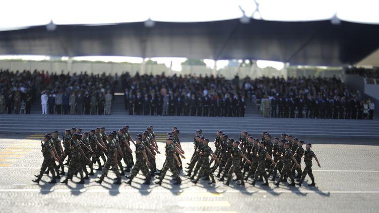 Des soldats de l'armée française défilent sur les Champs-Elysées, à Paris, le 14 juillet 2013. (FRED DUFOUR / AFP)