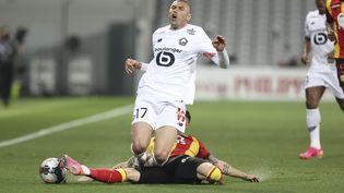 Sur ce tacle sur Burak Yilmaz, Clément Michelinécopera de son premier carton jaune lors du derby du Nord entre Lens et Lille le 7 mai 2021. (S?BASTIEN MUYLAERT / MAXPPP)