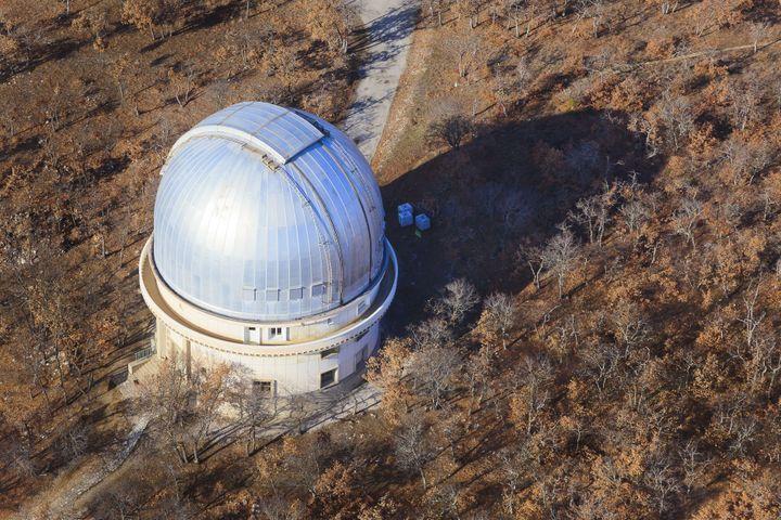 L'observatoire de Haute-Provence qui abrite un télescope de 193 cm, à Saint-Michel-L'Observatoire, dans le parc naturel du Luberon, le 3 mars 2013. (COLIN MATTHIEU / HEMIS.FR / AFP)
