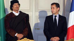 Mouammar Kadhafi et Nicolas Sarkozy, le 10 décembre 2007, à l'Elysée. (REUTERS)