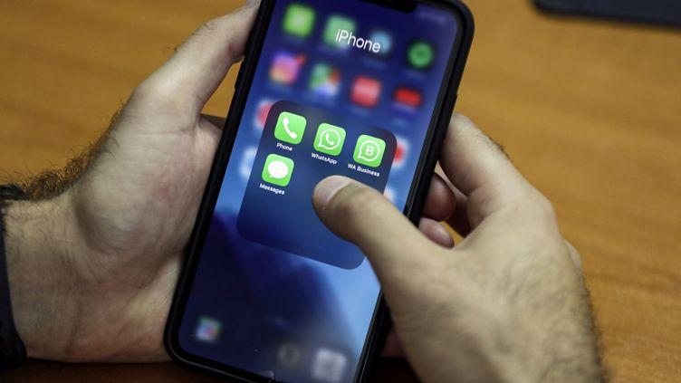 L'association Halte à l'obsolescence programmée (Hop) accusait Applede ralentir volontairement ses anciens modèles de smartphones pour accélérer leur remplacement. (JOSEPH EID / AFP)