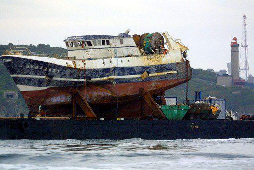 Le 13 juillet 2004, l'épave renflouée du «Bugaled Breizh»est amenée à Brest pour expertises. (AFP/Fred Tanneau)