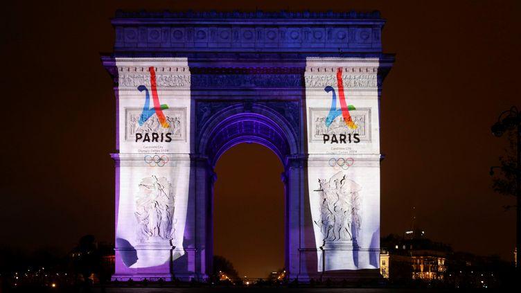 L'Arc de triomphe à Paris, habillé de la campagne de promotion pour les jeux olympiques de 2024, le 1er janvier 2017. (GEOFFROY VAN DER HASSELT / ANADOLU AGENCY)