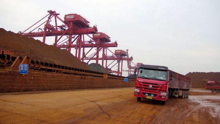 Importation de fer dans le port chinois de Rizhao . Les matières premières sont particulièrement touchées par le recul de la croissance chinoise. (Stringer / Imaginechina)