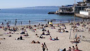 La plage des Catalans, à Marseille (en haut à droite, le site de la friche Giraudon). (BERTRAND LANGLOIS / AFP)
