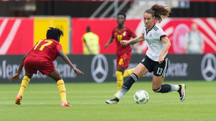 Un joueuse de l'équipe allemande de football fait face à une adversaire de l'équipe du Ghana durant un match, le 22 juillet 2016 en Allemagne. (GUIDO KIRCHNER / DPA)
