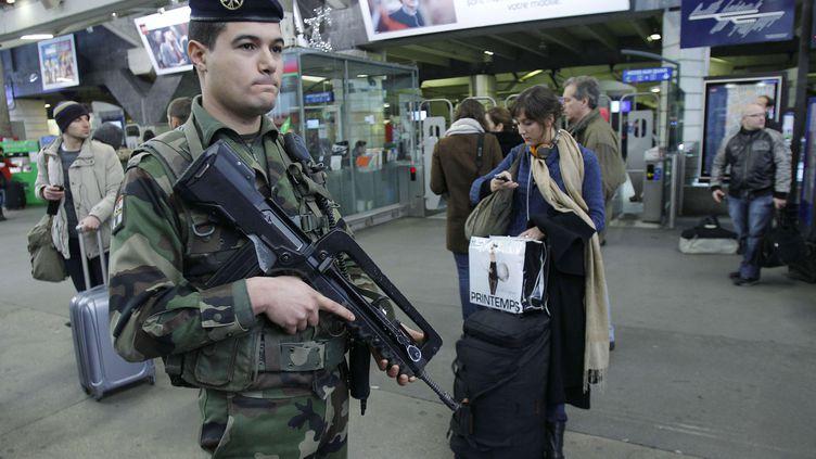 Un soldat français participe à une patrouille Vigipirate, le 20 décembre 2011, à la gare Montparnasse, à Paris. (MICHEL EULER/AP)