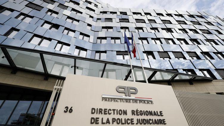 Devant le siège de la police judiciaire, rue du Bastion, à Paris, le 19 octobre 2017. (FRANCOIS GUILLOT / AFP)