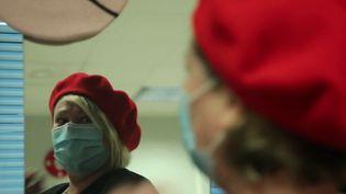 Symbole de l'élégance à la française, le béret basque revient à la mode. Reportage dans le Pays basque, où des manufactures continuent de fabriquer ce couvre-chef emblématique. (France 2)