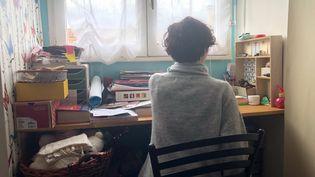 Lou, 14 ans, dans sa chambre, le 24 octobre 2019. (ALEXIS MOREL / RADIO FRANCE)