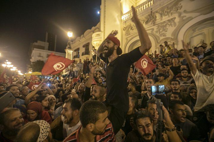 La joie de la foule à Tunis après l'annonce de la victoire de Kaïs Saïed,le 13 octobre 2019 (AFP - YASSINE GAIDI / ANADOLU AGENCY)