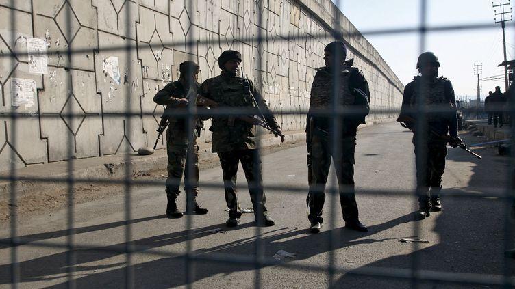 Des personnels de sécurité indiens montent la garde devant la base de Pathankot (Inde), visée par une attaque d'islamistes présumés, le 2 janvier 2016. (MUKESH GUPTA / REUTERS)