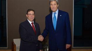 Le secrétaire d'Etat américain, John Kerry (D), et son homologue cubain,Bruno Rodríguez (G), le 9 avril 2015 à Panama City (Panama). (US STATE DEPARTMENT / AFP)