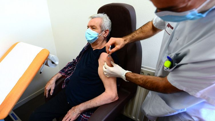 Un médecin procède à la vaccination d'un patient dans un Ehpad girondin le 6 janvier 2021. (MEHDI FEDOUACH / AFP)