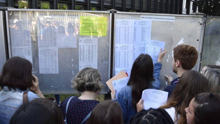 Des candidats consultent les résultats du baccalauréat affichés devant le lycée Bréquigny de Rennes (Ille-et-Vilaine), vendredi 5 juillet 2019. (MAXPPP)
