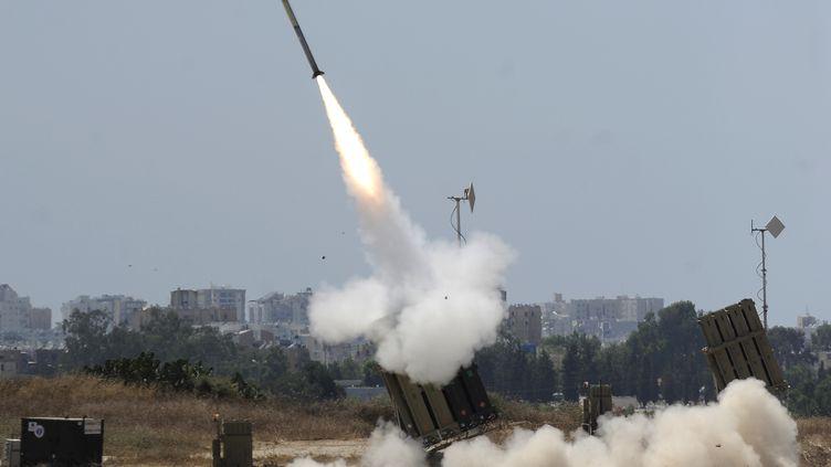 Un missile Tamir est tiré par une batterie du Dôme de fer, le système de défense antiroquettes d'Israël, le 8 juillet 2014. (DAVID BUIMOVITCH / AFP)