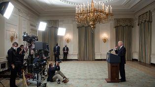 Le président américain, Joe Biden, lors d'une intervention face à la presse, le 6 avril 2021 à la Maison Blanche, à Washington. (BRENDAN SMIALOWSKI / AFP)