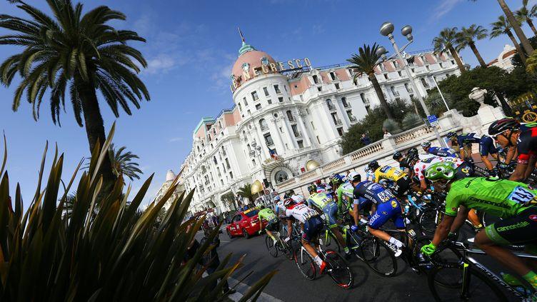 Le peloton sur la Promenade des Anglais lors de l'arrivée de Paris-Nice, une image qu'on ne verra pas en 2017 (VALERY HACHE / AFP)